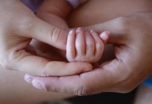 ruka novorozence