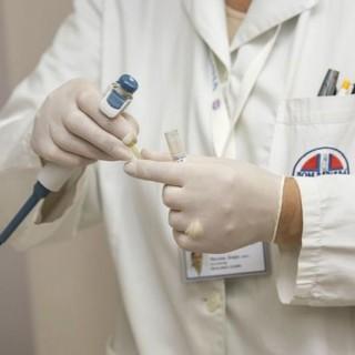 lékař s gumovými rukavicemi