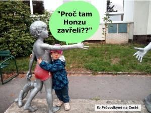 chlapeček objímá sochu