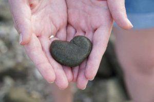 kámen ve tvaru srdce v dlaních
